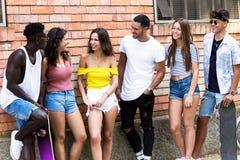 Groupe de jeunes amis de hippie parlant dans une zone urbaine Images stock