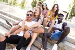 Groupe de jeunes amis de hippie regardant l'appareil-photo dans une zone urbaine Image libre de droits