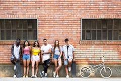 Groupe de jeunes amis de hippie regardant l'appareil-photo dans une zone urbaine Photos stock
