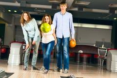 Groupe de jeunes amis jouant le bowling Photographie stock