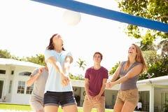 Groupe de jeunes amis jouant le match de volleyball Image libre de droits