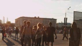 Groupe de jeunes amis marchant sur le trottoir de ville dans la belle lumière de coucher du soleil clips vidéos