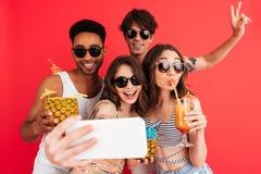 Groupe de jeunes amis multiraciaux heureux Photo libre de droits