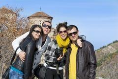Groupe de jeunes amis pour une promenade dans la montagne Photo libre de droits