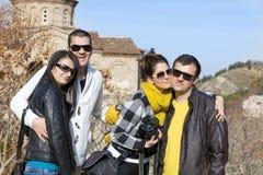 Groupe de jeunes amis pour une promenade dans la montagne Image libre de droits
