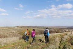 Groupe de jeunes amis pour une promenade dans la montagne Paysage de rivière Image stock