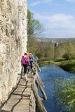 Groupe de jeunes amis pour une promenade dans la montagne Paysage de rivière Images stock