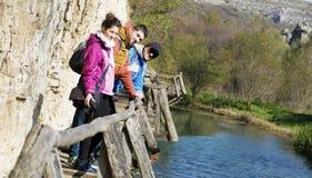 Groupe de jeunes amis pour une promenade dans la montagne Paysage de rivière Photos libres de droits
