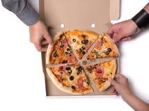 Groupe de jeunes amis prenant des tranches de pizza Image stock