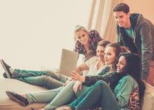 Groupe de jeunes amis prenant le selfie Photos stock