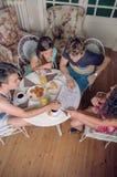 Groupe de jeunes amis regardant des cartes et apprécier Images stock