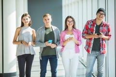 Groupe de jeunes amis regardant leurs téléphones intelligents sans s'agir l'un sur l'autre à l'intérieur Concepts de mode de vie, Photo libre de droits
