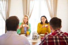 Groupe de jeunes amis se réunissant en café Image libre de droits