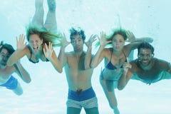 Groupe de jeunes amis sous-marins Photo libre de droits