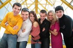 Groupe de jeunes amis sur la passerelle Photos libres de droits