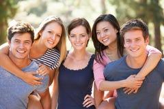 Groupe de jeunes amis sur la promenade d'été ensemble Photo stock