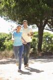 Groupe de jeunes amis sur la promenade dans la campagne Photos stock