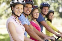 Groupe de jeunes amis sur le tour de cycle dans la campagne Photographie stock libre de droits