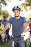 Groupe de jeunes amis sur le tour de cycle dans la campagne Photo stock