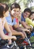 Groupe de jeunes amis sur le tour de cycle dans la campagne Photographie stock