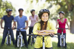 Groupe de jeunes amis sur le tour de cycle dans la campagne Image stock