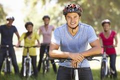 Groupe de jeunes amis sur le tour de cycle dans la campagne Photos libres de droits
