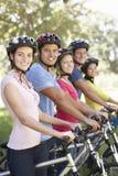 Groupe de jeunes amis sur le tour de cycle dans la campagne Images stock
