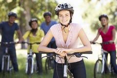 Groupe de jeunes amis sur le tour de cycle dans la campagne Images libres de droits