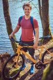 Groupe de jeunes amis trimardant par la forêt avec des vélos un beau jour d'été Images libres de droits