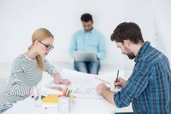 Groupe de jeunes architectes au bureau Photographie stock