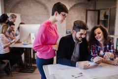 Groupe de jeunes architectes regardant le comprimé numérique Photographie stock