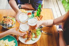 Groupe de jeunes asiatiques célébrant le whi heureux de festivals de bière Image stock