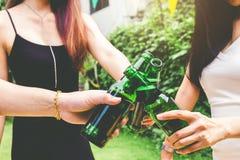 Groupe de jeunes asiatiques célébrant le whi heureux de festivals de bière photo stock