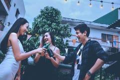 Groupe de jeunes asiatiques heureux tout en appréciant la partie de nuit dessus Images libres de droits
