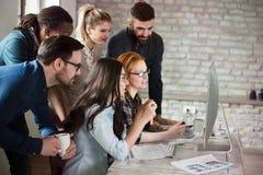 Groupe de jeunes concepteurs travaillant comme équipe Photographie stock