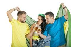 Groupe de jeunes défenseurs attrayants du Brésil avec des bières Images libres de droits