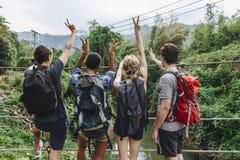Groupe de jeunes d'amis loisirs dehors, liberté et concept récréationnels adultes d'aventure Photographie stock
