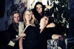 Groupe de jeunes de mode au mur de graffiti Photos stock