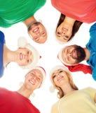 Groupe de jeunes et heureux adolescents dans des chapeaux de Noël Image libre de droits