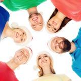 Groupe de jeunes et heureux adolescents dans des chapeaux de Noël Image stock
