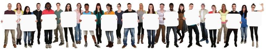Groupe de jeunes ethniques multi tenant le copyspace pour le thirtee Images stock