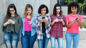 Groupe de jeunes femmes adultes jouant avec le téléphone Photos libres de droits