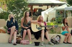 Groupe de jeunes femmes au centre de Taos photos libres de droits