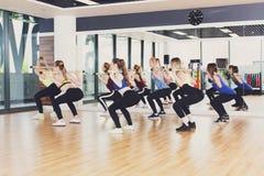 Groupe de jeunes femmes dans la classe de forme physique Photos stock