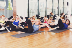 Groupe de jeunes femmes dans la classe de forme physique image libre de droits
