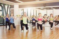 Groupe de jeunes femmes dans la classe de forme physique Images stock