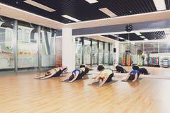 Groupe de jeunes femmes dans la classe de yoga Photographie stock