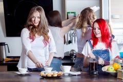 Groupe de jeunes femmes dans une préparation de pièce de cuisine Image libre de droits