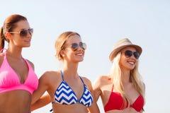 Groupe de jeunes femmes de sourire dans des lunettes de soleil Photo libre de droits