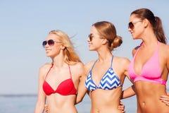 Groupe de jeunes femmes de sourire dans des lunettes de soleil Photos stock